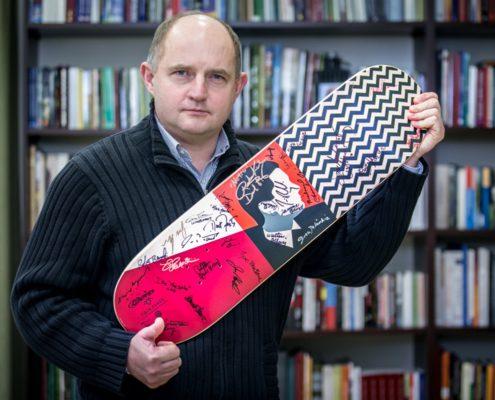 Marszałek Piotr Całbecki trzymający kolekcjonerską deskorolkę z autografami twórców i aktorów serialu Twin Peaks, fot. Andrzej Goiński