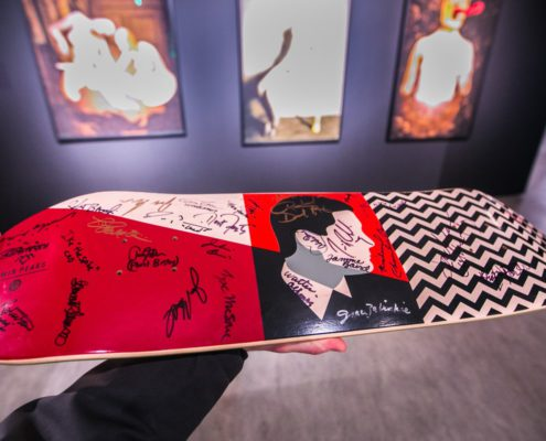 Kolekcjonerska deskorolka z autografami twórców i aktorów serialu Twin Peaks, fot. Andrzej Goiński