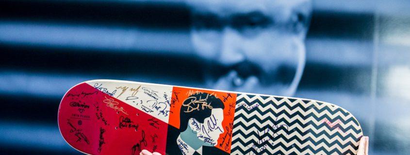 Kolekcjonerska deskorolka z autografami twórców i aktorów serialu Twin Peaks