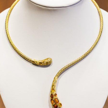 pozłacana biżuteria z bursztynami od Małgorzaty Ostrowskiej, fot. Andrzej Goiński