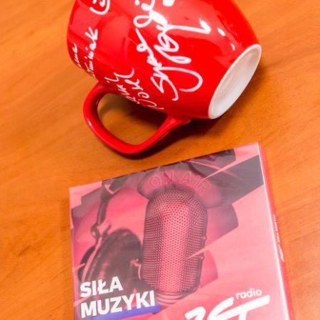 płyta CD i kubek z podpisami czołowych dziennikarzy stacji Radio Zet, fot. Andrzej Goiński